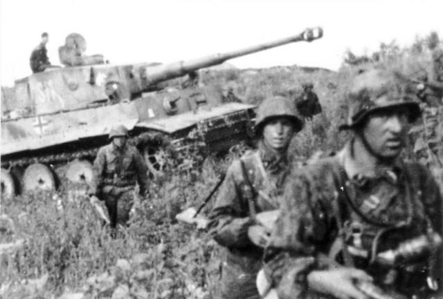 """""""Επιχείρηση Citadel"""", στρατιώτες της Μεραρχίας SS """"Das Reich"""" μπροστά απ'ενα άρμα μάχης """"Tiger""""."""