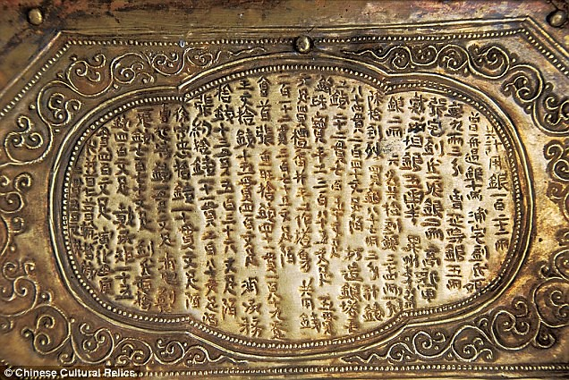Inskripsi yang terpahat dalam kotak batu dan juga pada model stupa yang menceritakan bagaimana relik tengkorak Buddha Gotama bisa berada di kotak ini.