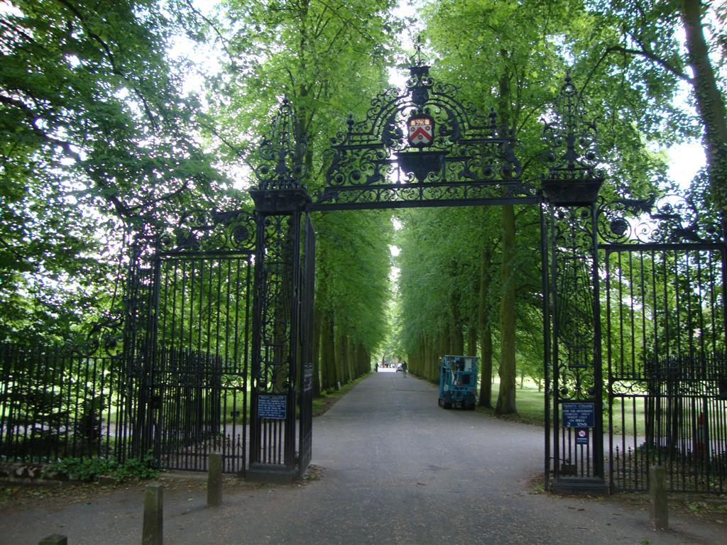 Cruzando el río y alejándose un poco de la zona centro hay grandes espacios abiertos llenos de vegetación y jardines cambridge - 5067008469 7f30d32d31 o - Cambridge (England) y sus rincones para turistas