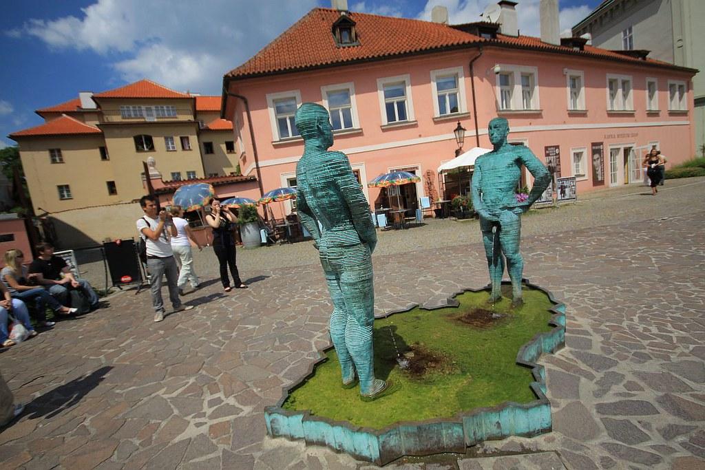 Rzeźby Davida Černý w Pradze