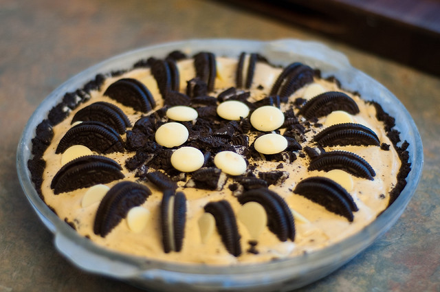 Caramelized white chocolate Oreo ice cream pie