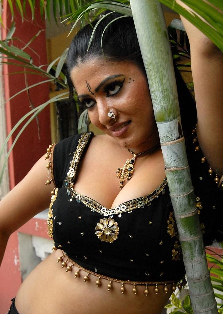 Bhojpuri item girl seema singh