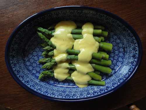 Asparugus with sauce Hollandaise