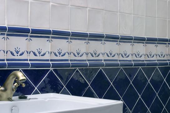 Ba o con cenefa cer mica azul flickr photo sharing for Banos decorados con ceramica