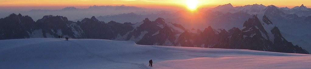 Sonnenaufgang bei der Längsüberschreitung des Montblanc, 4810 m, rechts der Sonne das Wallis mit Matterhorn (ganz rechts). Foto: Archiv Härter.