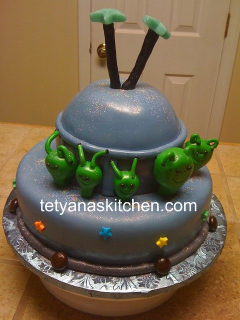 Alien Spaceship Cake http://www.flickr.com/photos/tetyanaskitchen/4744265599/