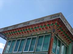 Fenêtres modernes et motifs tibétains