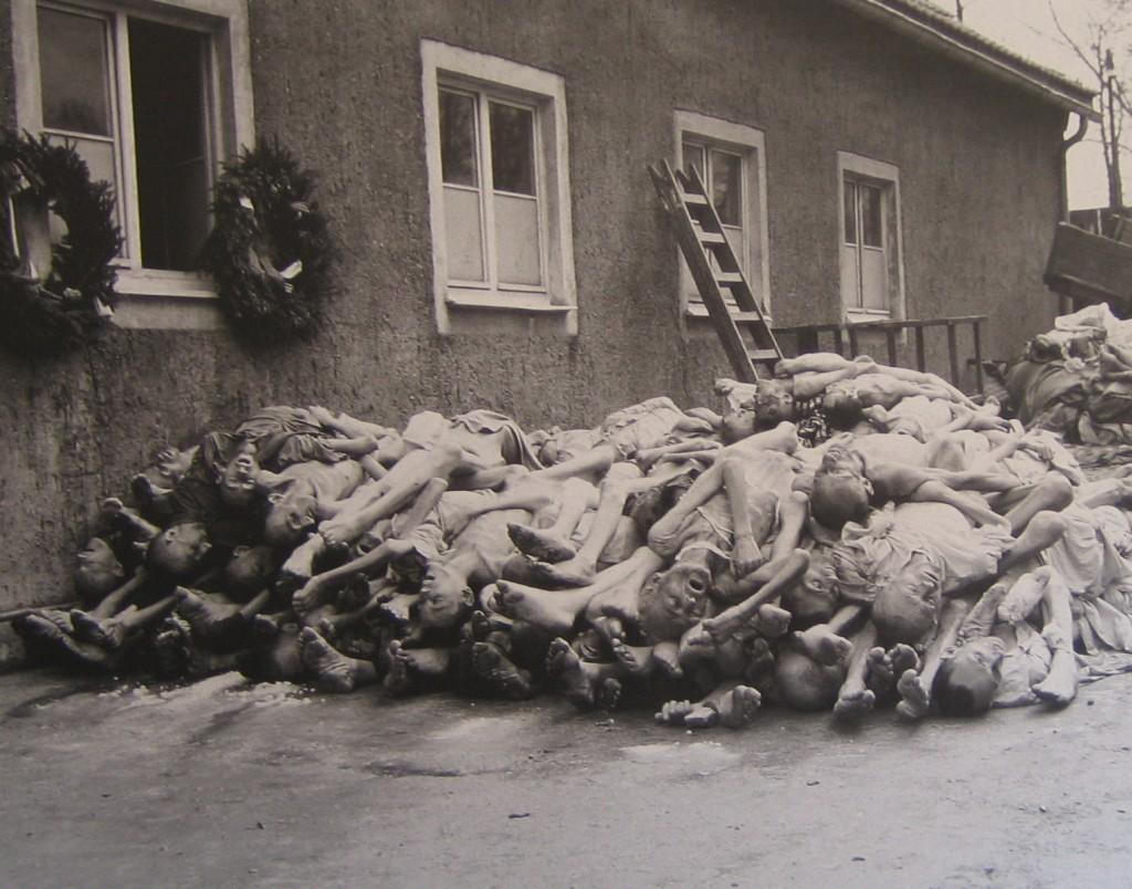 Leichenstapel im Hof des Krematoriums