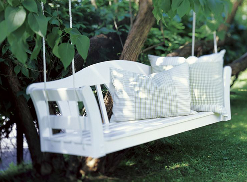 Diy hanging garden bench the style files for Balancines para jardin