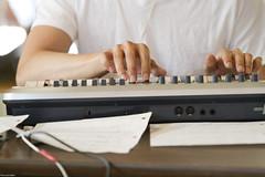 vibraphone(0.0), piano(0.0), guitar(0.0), string instrument(0.0), musical keyboard(1.0), multimedia(1.0), electronic keyboard(1.0), electronic instrument(1.0),