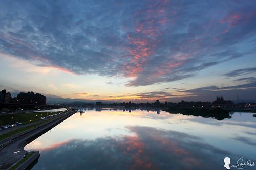 台灣 台北 日出 忠孝碼頭 canon ef1740 taiwan taipei clouds sunrise sky 天空 倒影