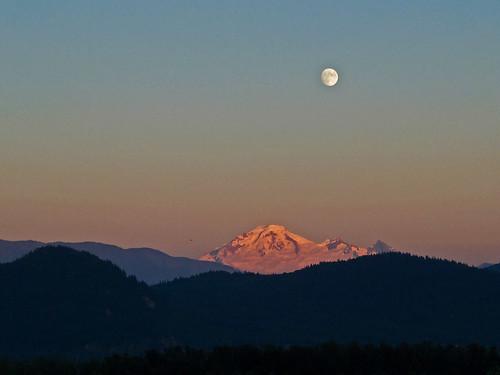sunset usa moon canada volcano washington bc britishcolumbia columbia cascades british washingtonstate gibbous mtbaker