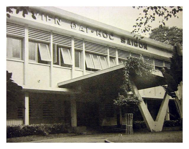 Saigon_University - tại công trường Chiến sĩ (hồ con rùa ngày nay)