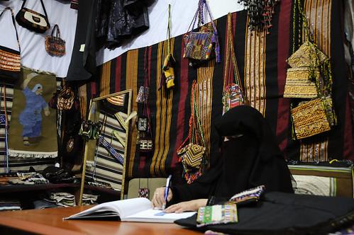 圖:葉門國家婦女手工藝發展中心教導婦女技能而使其獲得額外收入,可幫助提升女性社會地位。(Source: World Bank via Flickr)