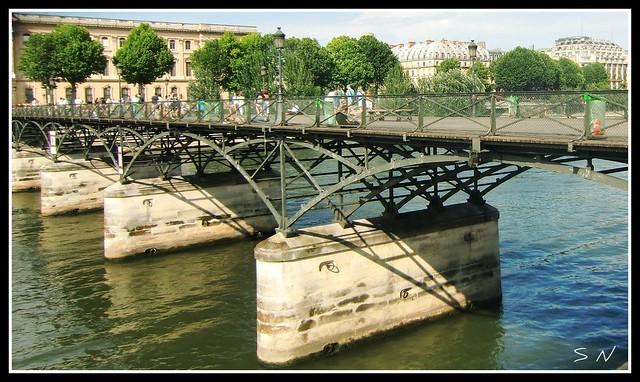 paris le pont des arts ou pont des amoureux o puente de los amantes or lover 39 s. Black Bedroom Furniture Sets. Home Design Ideas