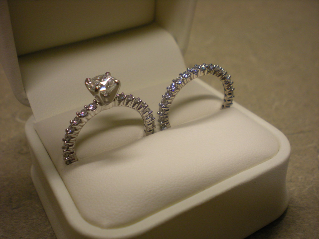 this is the set in the white leather box as i put them in no flash jareds diamond engagement rings - Jareds Wedding Rings