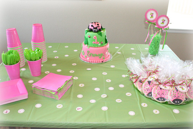 pink green ladybug party tablescape decor by ciao. Black Bedroom Furniture Sets. Home Design Ideas