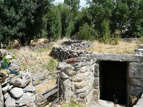 Fuente romana La Fragua, portón de madera y paredes.