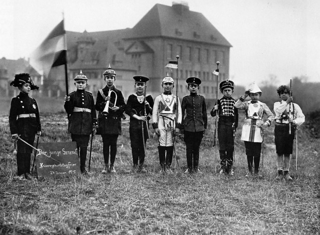 school boys celebrate the Kaiser´s birthday, by August Sander 1915
