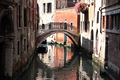 alley(0.0), town(1.0), vehicle(1.0), body of water(1.0), channel(1.0), gondola(1.0), canal(1.0), boat(1.0), waterway(1.0),