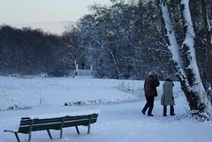 Wandelend echtpaar in sneeuw