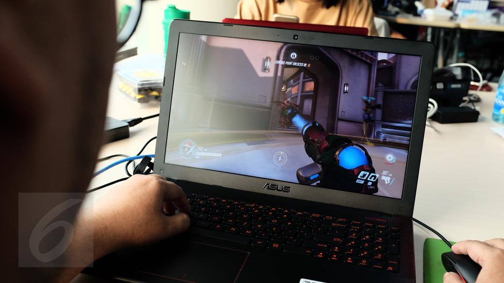 Menjajal gim Overwatch di Asus X550IU. Liputan6.com/Iskandar