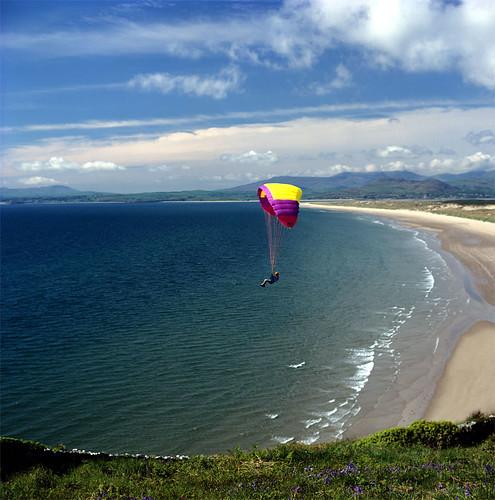 (00161) Paragleidio dros draeth Harlech - Paragliding over Harlech Beach