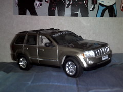 jeep cherokee (xj)(0.0), automobile(1.0), automotive exterior(1.0), sport utility vehicle(1.0), wheel(1.0), vehicle(1.0), compact sport utility vehicle(1.0), jeep grand cherokee(1.0), jeep(1.0), bumper(1.0), land vehicle(1.0), luxury vehicle(1.0),