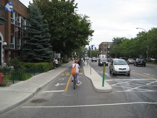 Montréal Bike Path at Bus Stop