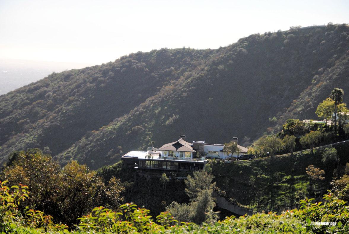 Jonkun rikkaan talo rinteessä, Los Angeles, Kalifornia, USA