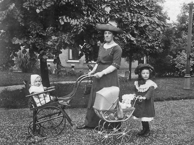 Mijn grootmoeder van den Brink met de twee oudsten in 1912