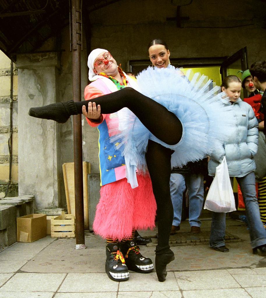 JJ & Bailarina(John Glick/Russia Clown Trip 2004)