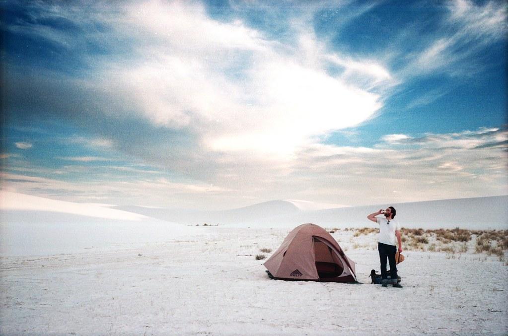 ホワイトサンズの真っ白な砂丘でキャンプをする人の風景
