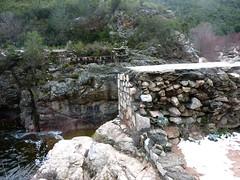 Pont détruit du ruisseau de Mela
