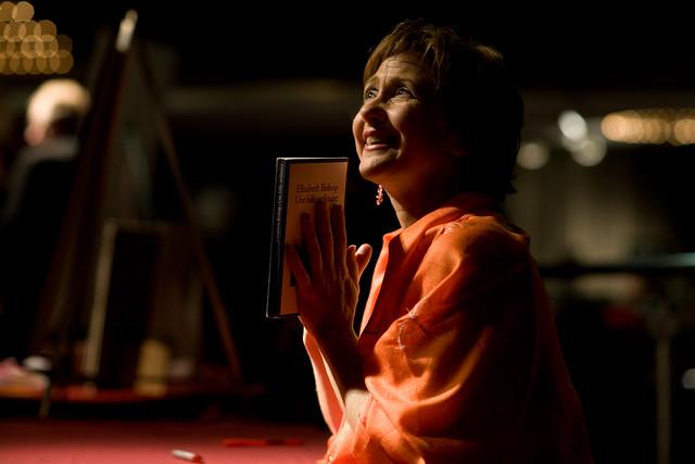 Suzie LeBlanc avec un recueil de la poétesse Elizabeth Bishop
