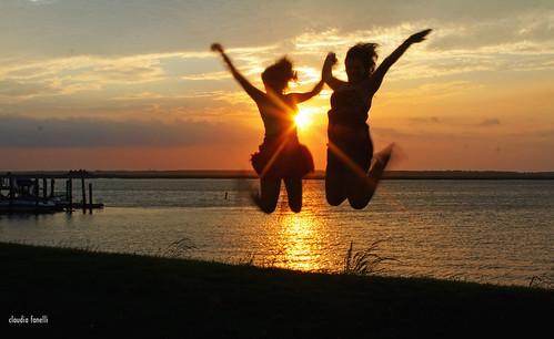 sunset summer sun lake kids lago atardecer bay jump tramonto bahia anochecer salta brinca claudiafanellicanon50d
