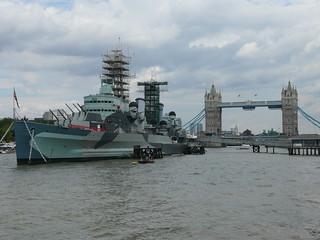 MS Belfast mit der Tower-Bridge im Hintergrund