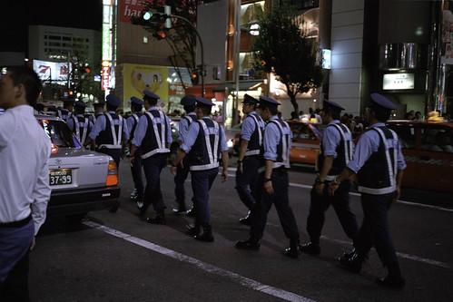 JR新宿駅東口前 沖縄基地問題デモ担当警官たち 01
