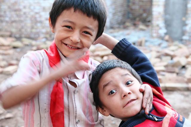 カシュガル旧市街、瓦礫で遊ぶ子どもたち