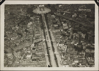 Aerial view of the Arc de Triomphe and the Champs-Élysées, Paris, France / Vue aérienne de l'Arc de triomphe et des Champs-Élysées, Paris, France