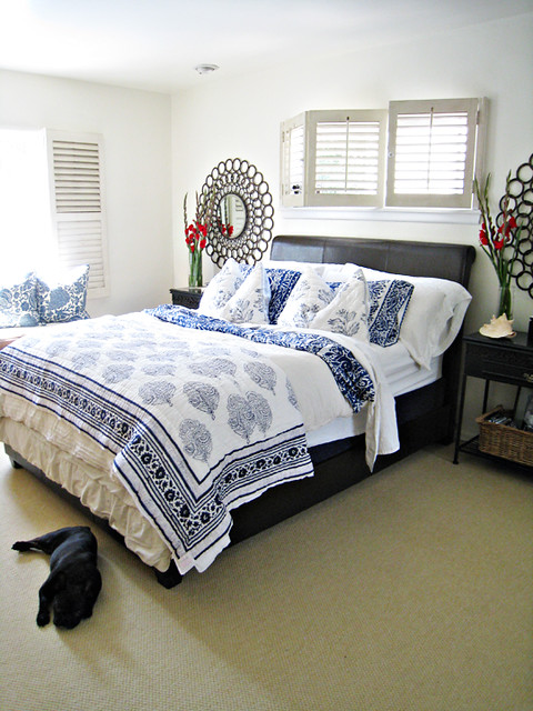 Blue and white bedding master bedroom ideas tropical beach for Blue beach bedroom ideas