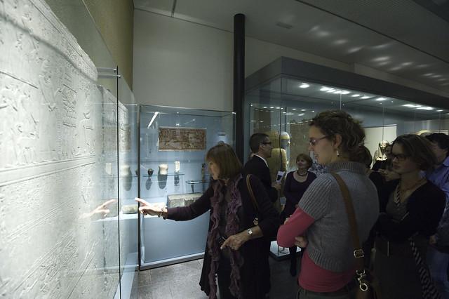 tijdens opening tentoonstelling egyptische magie
