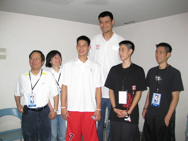 jeremy lin and yao ming Yao ming returned to the rocket room to see jeremy lin on wednesday yao ming praised jeremy lin's compressive ability, and joke that if james harden were lin's partner, then haddon would lose 10 shots right yao also said his jersey retired for him is a great honor.