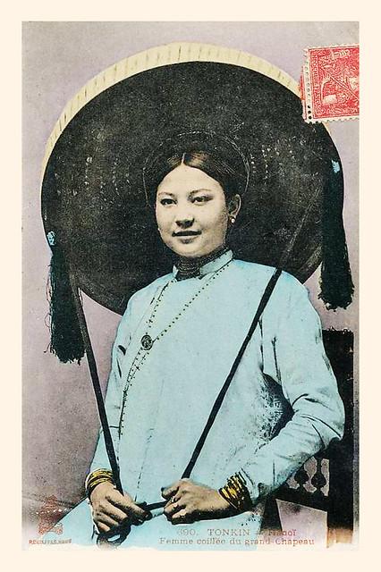 TONKIN - Hanoi femme coiffée du grand chapeau