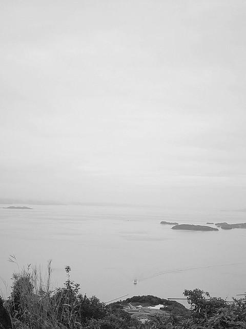豊岛の檀山の顶上から见た豊岛美术馆