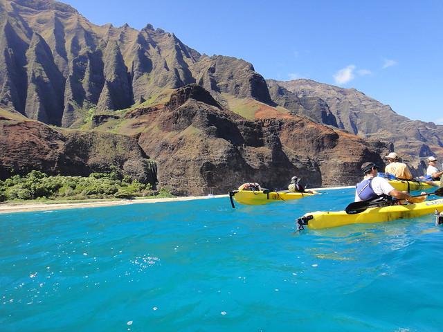 Kayaks navegando cerca de los acantilados de Na Pali, Isla de Kauai