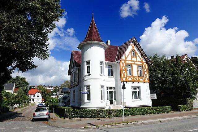 7164 weisse m rchenvilla mit turm und fachwerkdekor an der amtsstrasse in hamburg rahlstedt. Black Bedroom Furniture Sets. Home Design Ideas