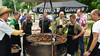 Grillen ist Männersache: die Grillmannschaft und Fachkundige mit den beliebten Mititei