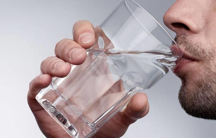 Puasa Buddhis. Minum air yang cukup dapat menghindari dehidrasi.