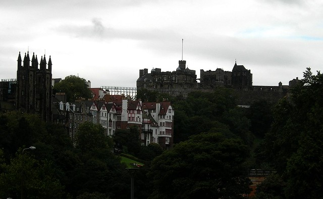 how to get to edinburgh castle by bus